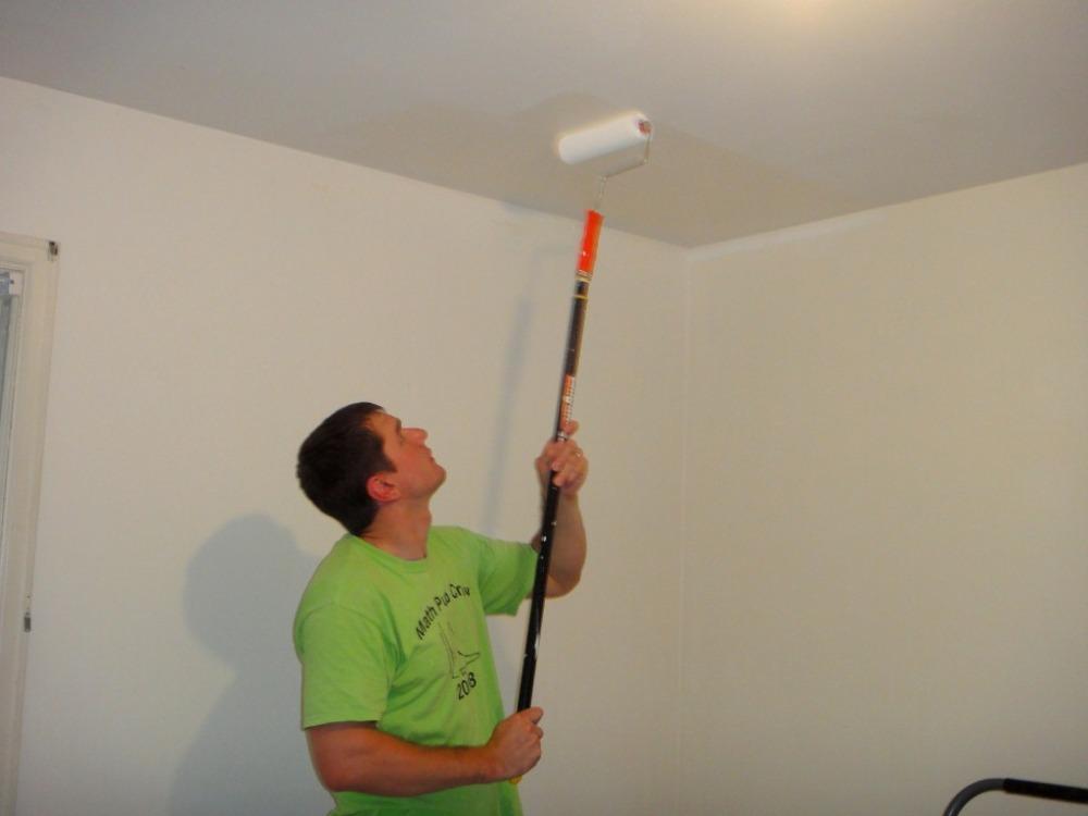 Как побелить потолок водоэмульсионной краской своими руками 88