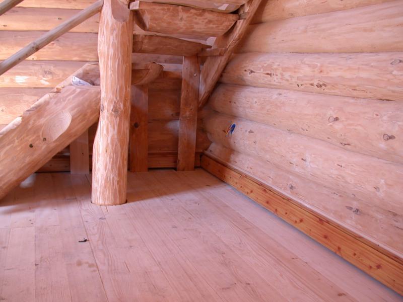 Укладка пола в мансарде дома из дерева