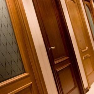как правильно установить деревянную дверь