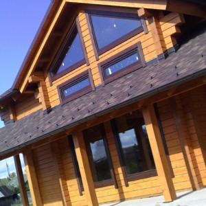 крыша дома с окнами