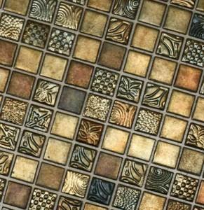 укладка мозаичной плитки на стену