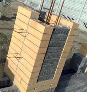 кладка столбов забора из кирпича