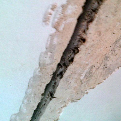 Как заделать трещины на потолке?