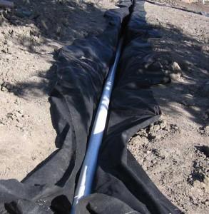 укладка дренажных труб с геотекстилем
