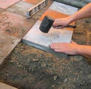 Как укладывать плитку на подвижный грунт