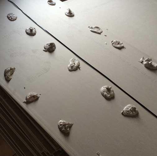 Как клеить гипсокартон на стены?