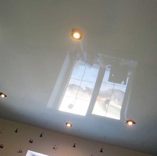 Натяжные потолки в маленькую комнату