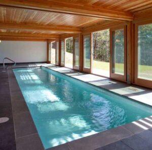 Особенности строительства частного дома с бассейном